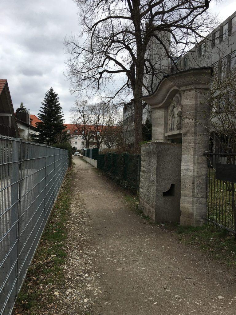 Weg vom Johann-Michael-Fischer-Platz zur St.-Michael-Straße