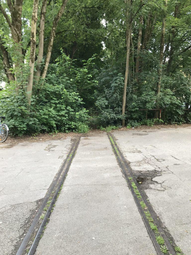 Weg entlang der Isartalbahn